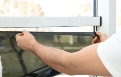 Comment appliquer un film sans adhésif sur les fenêtres